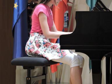 Rebeka Rutar nadaljuje z učenjem klavirja na višji stopnji pri Eriki Bizjak