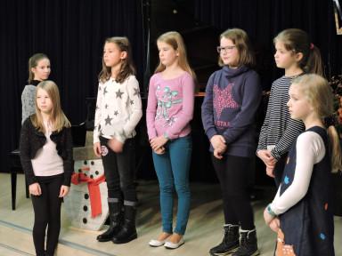Učenco oddelka Podbrdo so s pesmijo zaželeli srečen božič.
