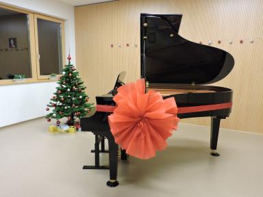 Novemu klavirju so nadeli pentljo.
