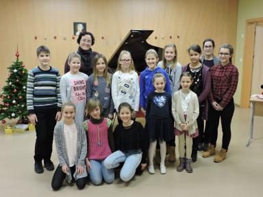 Učenci klavirja z učiteljicama Urško Kavčič in Petro Platiše