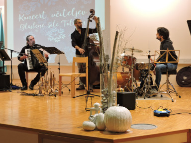 Aleksander Ipavec, harmonika, Simone Serafini, kontrabas, Alessandro Mansutti, bobni