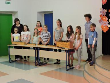 Učenci oddelka Podbrdo z učiteljico Marto Volf Trojer in gosti