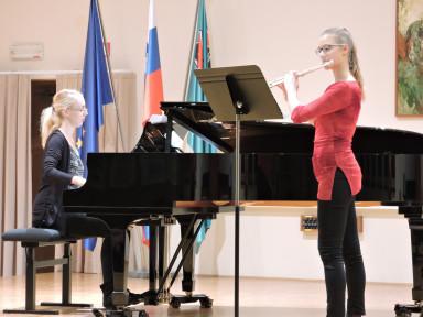 Žana Sovdat in učiteljica Monika Toman